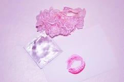 Liga, beijo e preservativo no fundo branco foto de stock royalty free