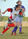 Liga de fútbol para mujer de Brisbane Australia en el centro del partido de la acción Imagen de archivo