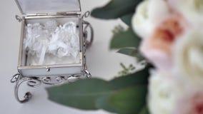 Liga de la boda de la novia en el ramo de la caja y de la boda Foco selectivo almacen de video