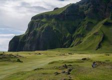 Liga el campo de golf a la montaña en paisaje volcánico Fotografía de archivo