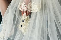 Liga en la pierna de una novia, momentos del día de boda Imagen de archivo