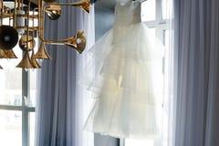 Liga en la pierna de una novia, momentos del día de boda Fotografía de archivo libre de regalías