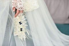 Liga en la pierna de una novia, momentos del día de boda Foto de archivo