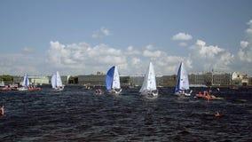 Liga navegante internacional de los campeones, competencia que navega en St Petersburg metrajes