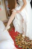 Liga no pé de uma noiva Fotos de Stock