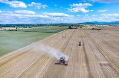 Liga que trabalha no campo de trigo Foto de Stock