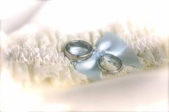 Liga y anillos de bodas fotos de archivo