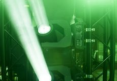 Ligado a fase ilumina-se sob a luz verde Cabeça movente leve para a fase do evento e do concerto fotos de stock