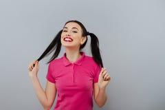 Ligando el modelo femenino bonito de la moda hermosa linda de la muchacha o de la mujer con la cola morena del pelo con sexi piqu Fotografía de archivo libre de regalías