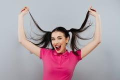 Ligando el modelo femenino bonito de la moda hermosa linda de la muchacha o de la mujer con la cola morena del pelo con sexi piqu Imagenes de archivo