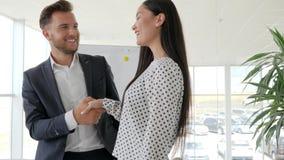 Ligando en oficina, relaciones cariñosas entre los empleados, romance del trabajo en el lugar de trabajo, saludando el apretón de almacen de video