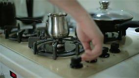Ligar o fogão para fazer o café filme