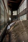 Ligero bien con Windows - fábrica abandonada Foto de archivo