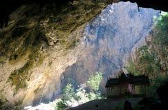 Ligero entrando en la cueva de Phraya Nakhon Imagen de archivo