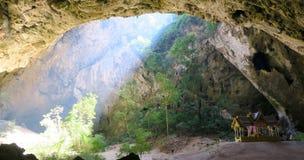 Ligero entrando en la cueva de Phraya Nakhon, parque nacional, Tailandia Fotos de archivo
