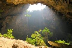 Ligero entrando en una cueva, cueva de Phraya Nakhon Foto de archivo
