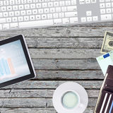 Ligg på den trägolvminnestavlan och plånboken med pengar Arkivfoto