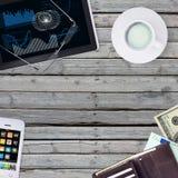 Ligg på den trägolvsmartphonen, minnestavlan och plånboken Royaltyfri Foto