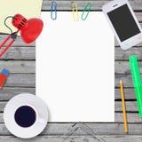 Ligg på trägolvsmartphonen och töm papper Arkivfoto