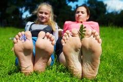 ligga för familjgräs fotografering för bildbyråer
