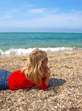 ligga för flicka för strand härligt Arkivfoton