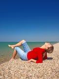 ligga för flicka för strand härligt Royaltyfri Foto