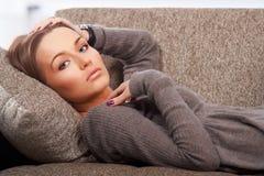 ligga för soffa royaltyfria bilder
