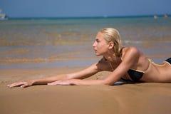 ligga för strandflicka Fotografering för Bildbyråer