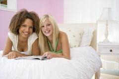 ligga för underlagflickor som är tonårs- Royaltyfria Bilder
