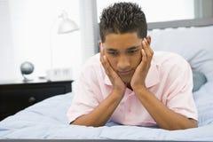 ligga för underlagpojke som är tonårs- Arkivfoton