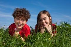 ligga för ungar som är utomhus- Royaltyfri Fotografi