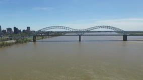 Ligga ovanför Mississippiet River Hernando de Soto Bridge i bakgrund arkivfilmer