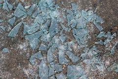 Ligga på jordningen mycket skarpa fragment av brutet exponeringsglas Royaltyfria Foton