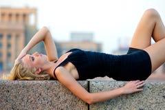 ligga utomhus sexig kvinna Arkivfoto