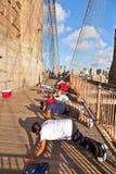 Liggande armhävning på den Brooklyn bron i nytt Arkivbilder
