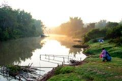 Liggande av floden arkivbild