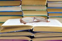 liggande avläsning för bokexponeringsglas Arkivfoton