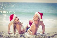 Liggande bärande julhattar för gulliga par Royaltyfri Foto