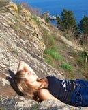 liggande berg för härlig flicka Arkivbilder