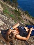 liggande berg för härlig flicka Fotografering för Bildbyråer