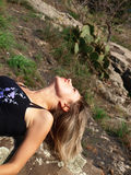 liggande berg för härlig flicka Royaltyfria Bilder