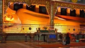 Liggande Buddha i den Sadan grottan, Hpa-An arkivbild