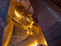 Liggande Buddha i den Thailand templet Royaltyfri Foto