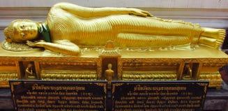 Liggande Buddhastaty i buddistisk tempel Arkivbild