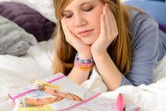 Liggande deprimerad flicka med bruten hjärta Fotografering för Bildbyråer