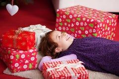 Liggande drömma för liten flicka av juldagen Arkivfoton