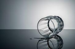 Liggande exponeringsglas med droppar av vatten Arkivfoto