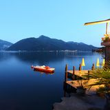 Liggande för nattlugano lake Arkivfoton
