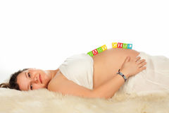 liggande gravid le kvinna Arkivbild