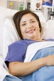 liggande hög kvinna för underlagsjukhus Arkivfoton
